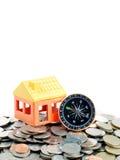 Domowy model i kompas na monety tle Fotografia Stock