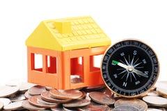 Domowy model i kompas na monety tle Obrazy Stock