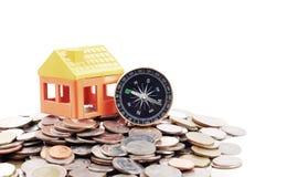 Domowy model i kompas na monety tle Zdjęcie Stock