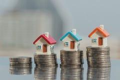 Domowy model na monety stercie planistyczny oszczędzanie pieniądze monety kupować domowego pojęcie fotografia royalty free