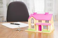 Domowy model, pióro i kontraktacyjny dokument, Obraz Stock