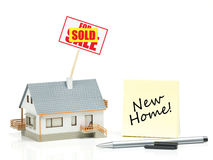Domowy model z sprzedającym znakiem - Nowy dom Fotografia Stock