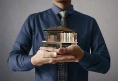 Domowy modela domu pojęcie w ręce fotografia stock