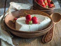 Domowy nieociosany chałupa ser z truskawkami Zdjęcia Royalty Free