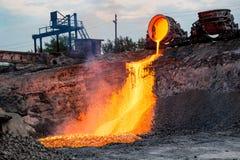 Domowy odżużlać rozładowanie przy żelazną formiernią, przemysłowy krajobraz zdjęcie stock