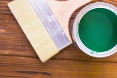 Domowy odświeżania pojęcie, colorfull farby puszki i paintbrushes na ciemnym drewnianym tle, zdjęcie royalty free