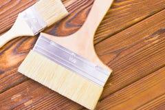 Domowy odświeżania pojęcie, colorfull paintbrushes na ciemnym drewnianym tle fotografia stock