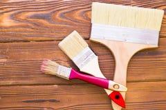 Domowy odświeżania pojęcie, colorfull paintbrushes na ciemnym drewnianym tle fotografia royalty free