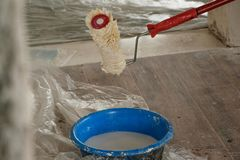 Domowy odświeżanie - barwi malować ściany, przemysłu constructio fotografia royalty free