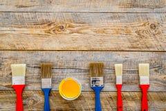 Domowy odświeżanie z narzędziami ustawiającymi dla budować, malować i remontowy drewniany stołowy tło odgórnego widoku mockup, Obrazy Royalty Free