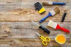 Domowy odświeżanie z narzędziami ustawiającymi dla budować, malować i remontowy drewniany stołowy tło odgórnego widoku mockup, Zdjęcia Royalty Free