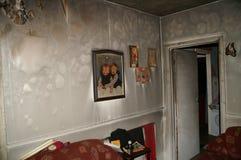 Domowy ogień, pożarniczy uszkadzający dom, obraz royalty free