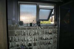 Domowy ogień, pożarniczy uszkadzający dom, zdjęcie royalty free