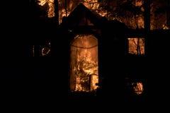 Domowy ogień z intensywnym płomieniem, w pełni ogarniający domu ogień obrazy royalty free