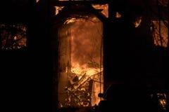 Domowy ogień z intensywnym płomieniem, w pełni ogarniający domu ogień fotografia royalty free