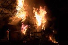 Domowy ogień z intensywnym płomieniem, w pełni ogarniający domu ogień zdjęcia stock