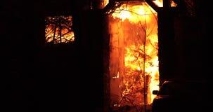 Domowy ogień z intensywnym płomieniem W pełni ogarniający domu ogień zdjęcie wideo