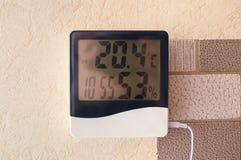 Domowy pogodowej staci cyfrowy pokaz umieszczający na ścianie Pokazywać czasu, wilgotności i inside temperaturę, zdjęcie royalty free