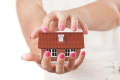 domowy pojęcia ubezpieczenie Dwa kobiety ręki Ochrania dom Zdjęcia Royalty Free