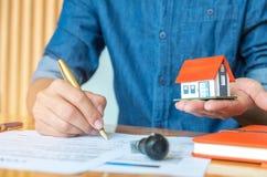 Domowy projekta pojęcie, architekci pisze do domu modeluje dom Fotografia Stock