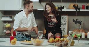 Domowy przyjęcie na Halloween, para wydaje wielkiego czas wpólnie, ono uśmiecha się i zabawę, zadziwiające dekoracje dalej zbiory