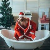 Domowy samotny, zły Santa w skąpaniu, obrazy royalty free