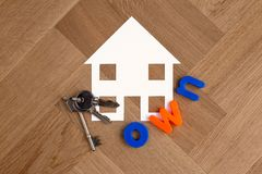 Domowy symbol z kluczami i formułuje posiadać zdjęcia stock