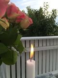 Domowy taras z kwiatami i świeczki światłem obraz stock