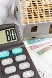 Domowy w budowie, kalkulator i połysk waluty pieniądze na elektrycznych rysunkach, Zdjęcie Royalty Free