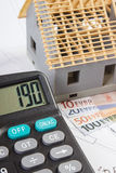 Domowy w budowie, kalkulator i waluty euro na elektrycznych rysunkach, pojęcie budynku dom Fotografia Stock