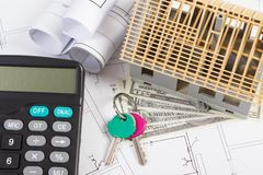 Domowy w budowie, klucze, kalkulator i waluty dolarowi na elektrycznych rysunkach, Zdjęcia Royalty Free