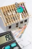 Domowy w budowie, klucze, kalkulator i waluty euro na elektrycznych rysunkach, pojęcie budynku dom Zdjęcia Royalty Free
