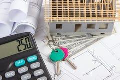 Domowy w budowie, klucze, kalkulator, waluta dolar i elektryczni rysunki, pojęcie budynku dom Obraz Stock