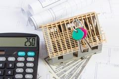 Domowy w budowie, klucze, kalkulator, waluta dolar i elektryczni rysunki, pojęcie budynku dom Fotografia Royalty Free