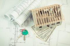 Domowy w budowie, waluty dolar i klucze na elektrycznych diagramach dla projekta, buduje do domu kosztu pojęcie Zdjęcie Royalty Free