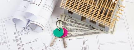 Domowy w budowie, waluty dolar, klucze na elektrycznych rysunkach i diagramy dla projekta, buduje do domu kosztu pojęcie Obraz Stock