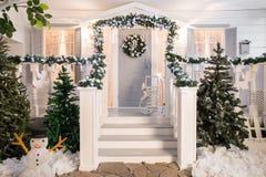 Domowy wejście dekorujący dla wakacji Święta dekorują odznaczenie domowych świeżych pomysłów girlanda jedlinowe gałąź i światła n Obraz Stock
