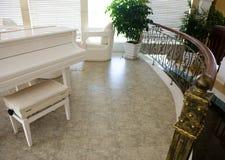 Domowy wewnętrzny pokój z pianinem Zdjęcie Stock