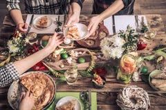 Domowy ?wi?towanie przyjaciele lub rodzina przy ?wi?tecznym sto?em zdjęcie stock