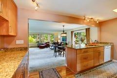 Domowy wnętrze z otwartym podłogowym planem Kuchenny teren Obrazy Royalty Free