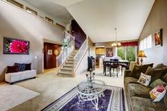 Domowy wnętrze z otwartym podłogowym planem Żywy pokój z schody Fotografia Stock