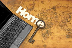 Domowy znak, klucz I laptop Na Starym mapy tle, zdjęcia stock