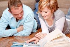 Domowych fotografii przyglądająca para Zdjęcie Stock