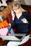 domowych internetów online zakupy przez kobiety Fotografia Stock