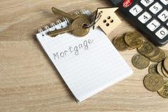 Domowych savings, budżeta, pieniężnego i majątkowego pojęcie, Wzorcowy dom, klucze, kalkulator, monety i notepad z słowem, Obrazy Stock