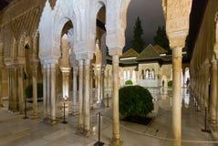 Domstol av lejonen på Alhambra i nattetid Arkivfoton