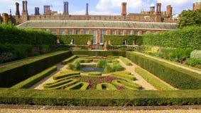 domstolen arbeta i trädgården haptonslotten Royaltyfria Bilder