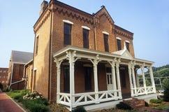 Domstolsbyggnad för röd tegelsten i Fairfax County, VA royaltyfri fotografi