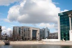 Domstolsbyggnad under det tunga molnet Arkivbilder