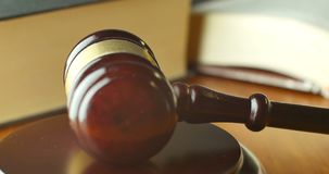 Domstolsbyggnadauktionsklubba som används av magistratdomaren som uttalar en bosättning